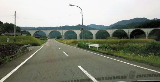 【半円がならぶ橋の写真】